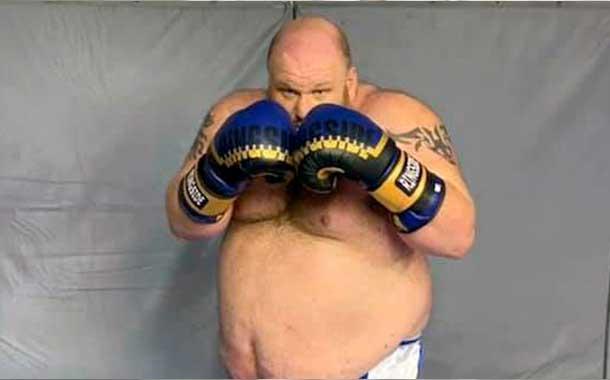 En su debut como boxeador recibe un nocaut en los primeros round