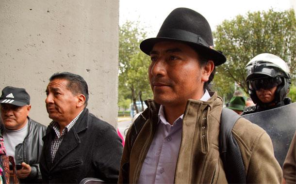 Polémica por reconocimiento de CPCCS a dirigente indígena Leonidas Iza