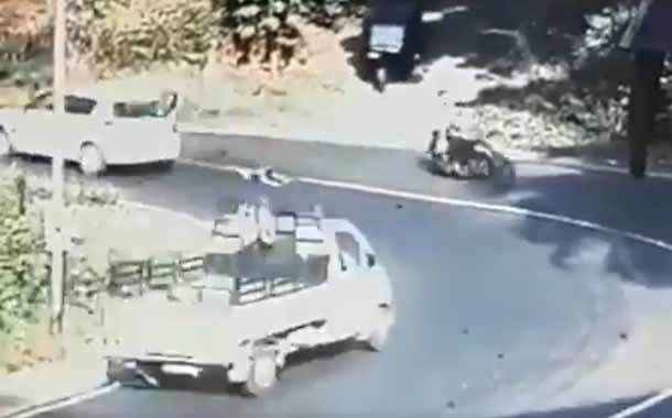 Un niño cayó de un auto en movimiento