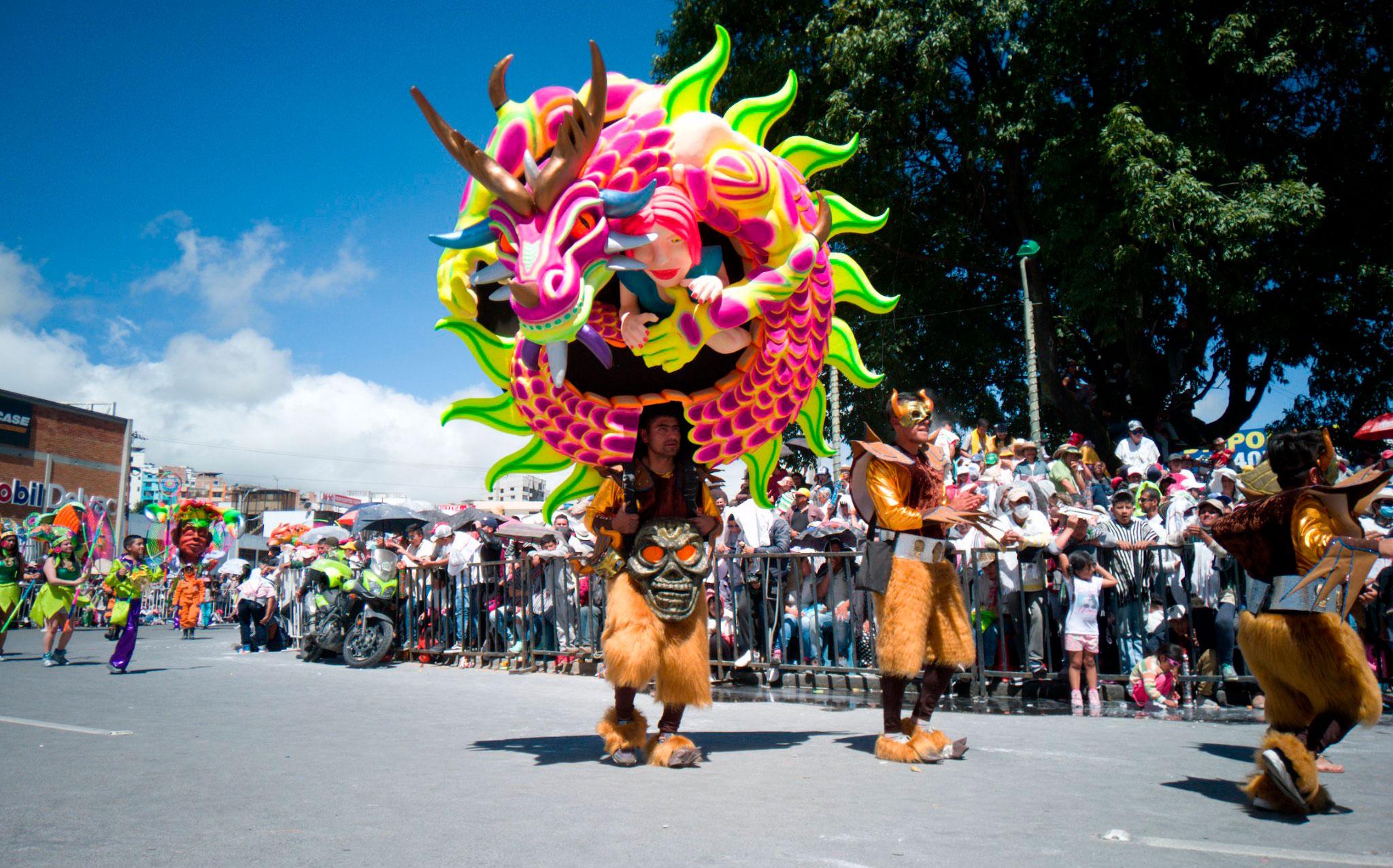 Carnavales de negros y blancos reúnen a miles de turistas