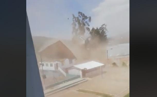 Voló el techo de colegio en Cayambe