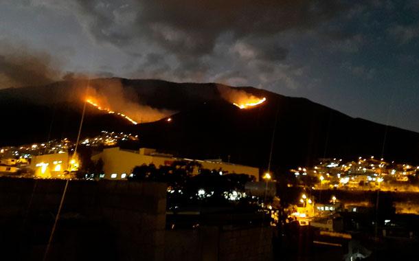 El cerro Casitagua continúa en llamas a pesar de las labores de extinción