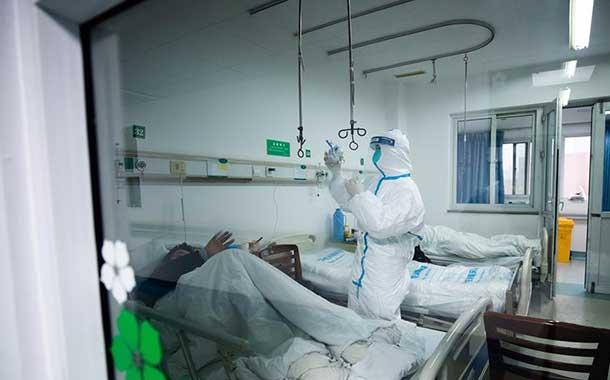 China envía 6 000 médicos para combatir al coronavirus, que deja 106 muertos