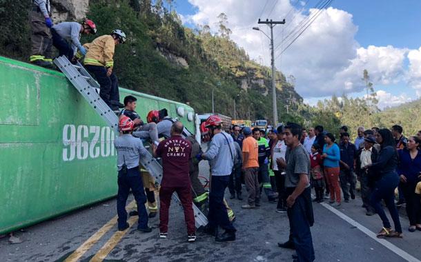 Choque entre bus interparroquial y una camioneta deja 30 personas heridas