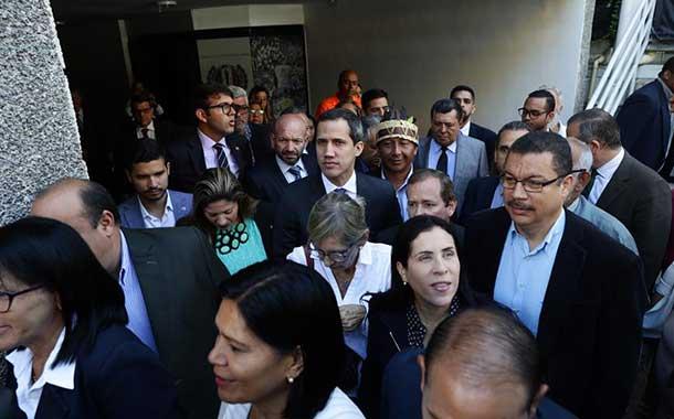 Juan Guaidó y diputados opositores rompen cerco policial e ingresan al Parlamento venezolano
