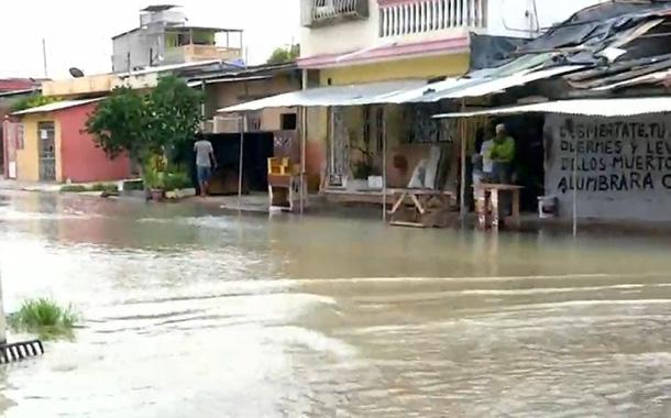 Fuga de agua inunda calles en Guayaquil