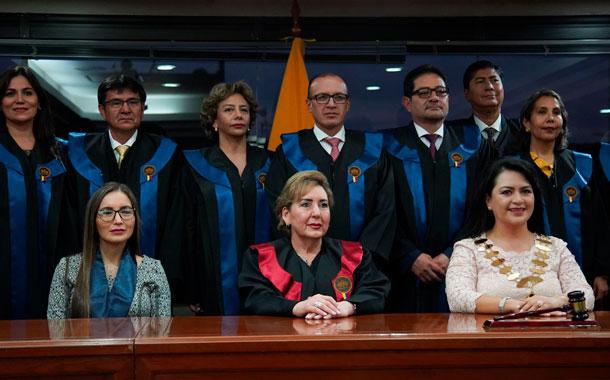 Jueces y conjueces utilizarán vestimenta judicial