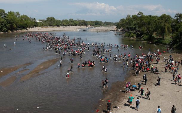 Migrantes cruzan el río Suchiate rumbo a México