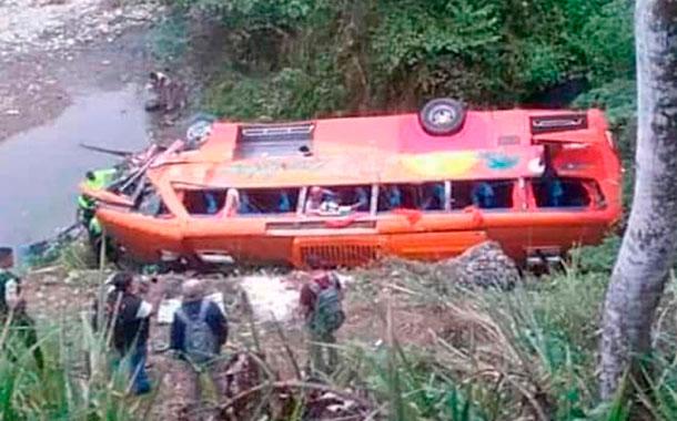 Cinco muertos tras accidentarse un bus de la cooperativa Trans Esmeraldas