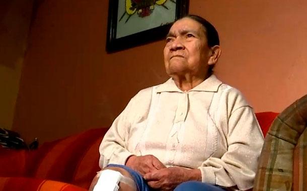 Una mujer está a la espera de una operación de rodilla en el HCAM