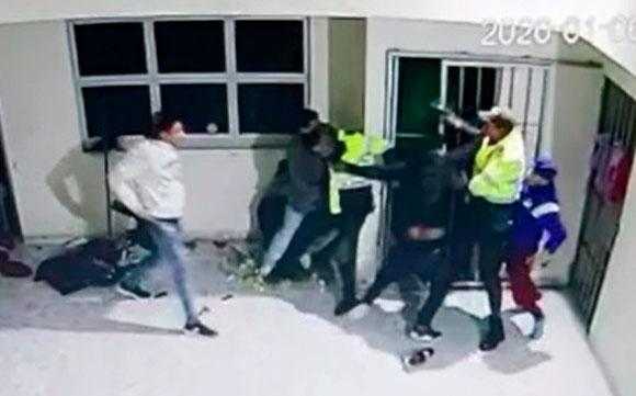 Un policía colombiano fue asesinado y otro gravemente herido por 6 extranjeros