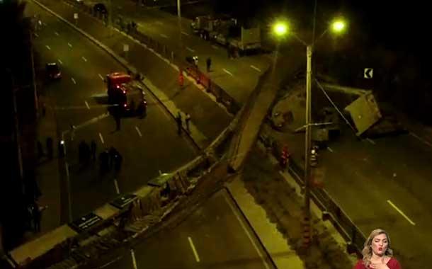 Puente peatonal colapsó tras ser impactado por un tráiler en Cuenca