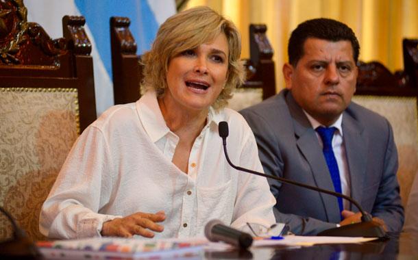 Alcaldesa Viteri evita hablar sobre aumento de USD 6 millones en salarios