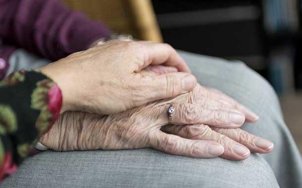 Pareja de ancianos infectados con coronavirus se despide en un hospital