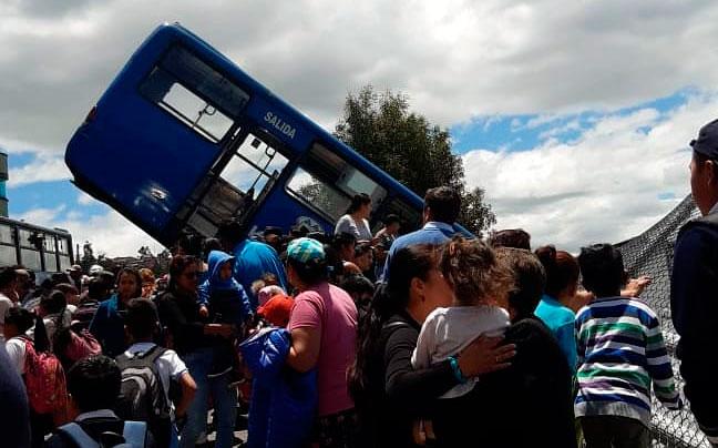 Nueve heridos tras accidente de bus que chocó contra una escuela
