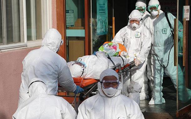 Ascienden a 2.236 muertos por COVID-19 entre los 75.465 infectados en China