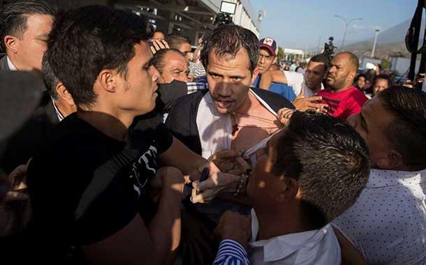 Guaidó es recibido con agresiones de oficialistas al aterrizar en Caracas