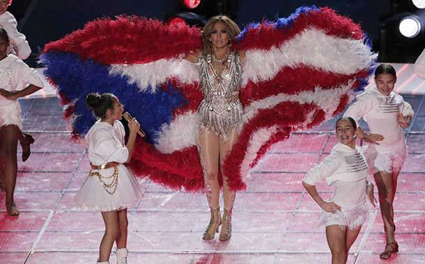 Polémica por las plumas que usó Jennifer Lopez en el Super Bowl