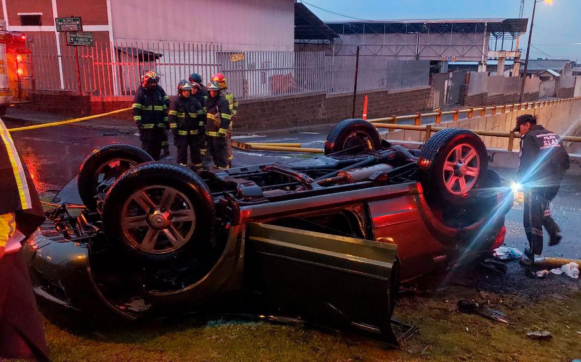 Caída de un auto desde un paso a desnivel deja un fallecido