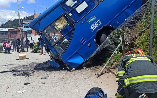 Bus se accidenta en el sur de Quito