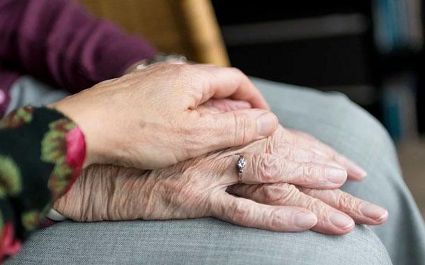 Extensión de cobertura médica, social y económica para adultos mayores