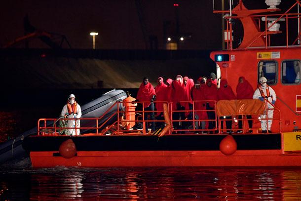 Un bebé recién nacido fue rescatado vivo dentro de una barca migrante