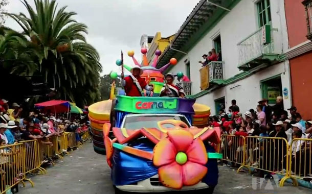 Guaranda celebra el carnaval con comparsas, shows y comida