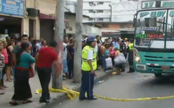 Mujer muere atropellada por un bus