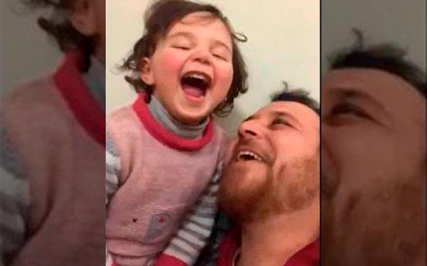 El conmovedor juego de un padre sirio para que su hija no tenga miedo a las bombas