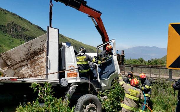 Un hombre falleció tras volcarse un camión de carga pesada