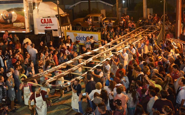 Ciudad Argentina rompe récord al crear el salami más grande