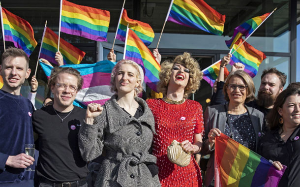 Suiza aprueba en referéndum una ley contra la homofobia