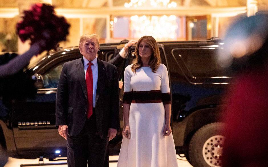 Donald Trump mostró una actitud poco seria mientras se escuchaba el himno nacional de EEUU