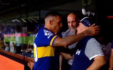 Sorprendente muestra de afecto entre Carlos Tévez y Maradona