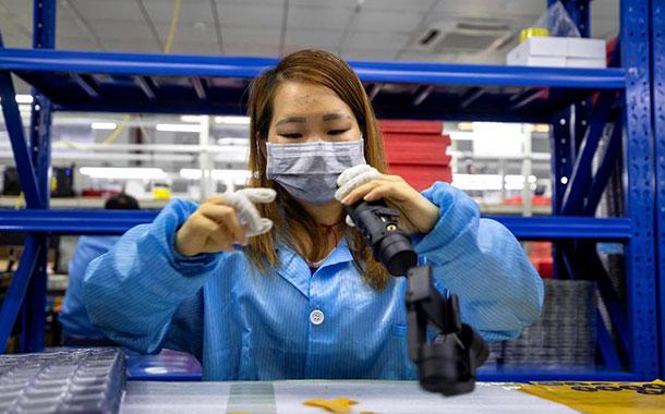 China da por superado el pico de transmisiones de COVID-19 en el país