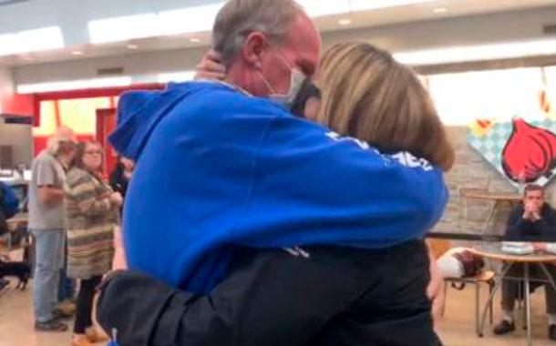 Una pareja estadounidense se reúne tras estar separada por contagio de coronavirus