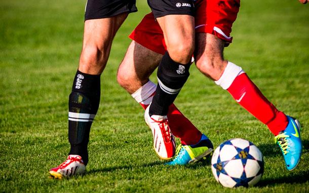 Gobernador brasileño autoriza fútbol al asegurar que gel para manos inmuniza