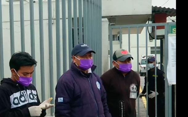 Ciudadanos esperan por noticias de sus familiares en los exteriores de hospitales