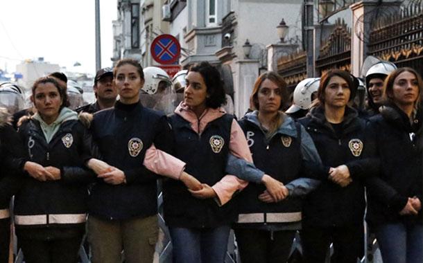 La policía lanza gas lacrimógeno contra una marcha feminista en Estambul