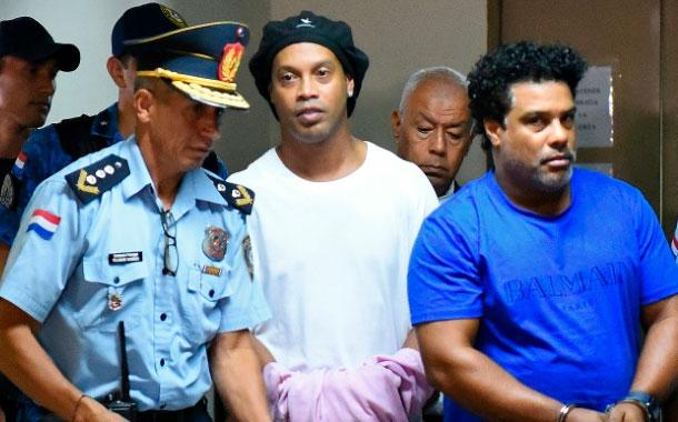 Abogados intentan obtener libertad provisional de Ronaldinho en Paraguay