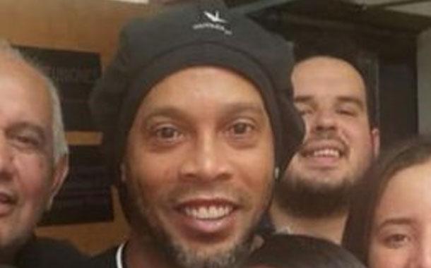 Trabajadores de Fiscalía aprovechan para fotografiarse con Ronaldinho