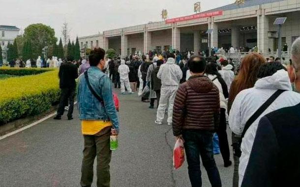 En Wuhan miles de personas acuden a las funerarias para retirar las cenizas de sus familiares