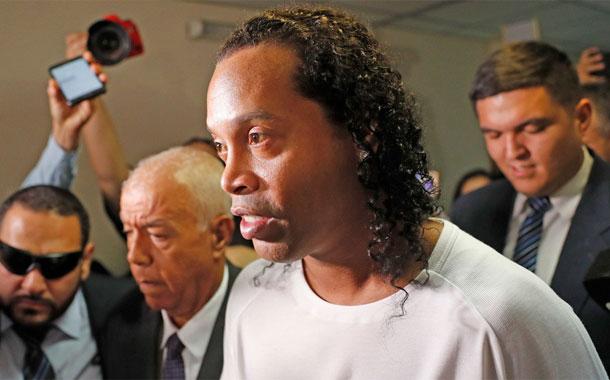 Ronaldinho pierde un partido de fútbol-tenis ante un ladrón y un asesino