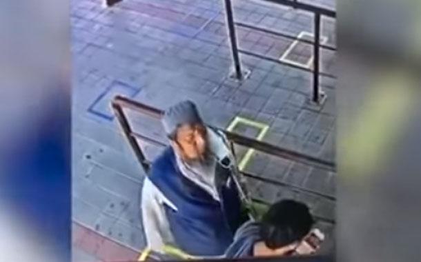 Infectado con covid-19 escupe en la cara a un hombre momentos antes de morir (VIDEO)