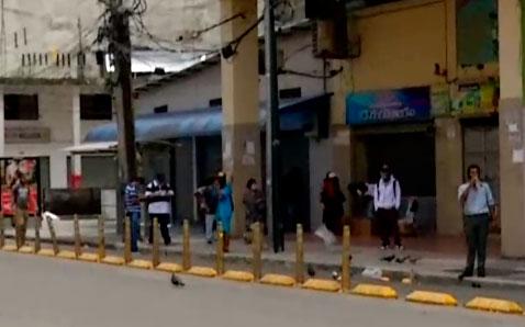 Ciudadanos continúan saliendo a las calles pese a restricciones