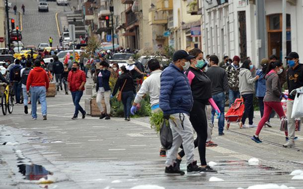 Aumenta la aglomeración de personas y vehículos en Cuenca