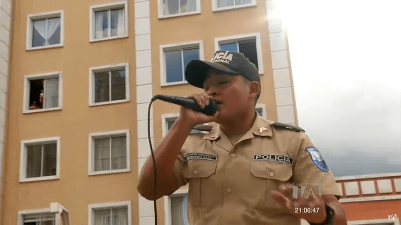 Policías dieron una sorpresa y cantaron en un conjunto habitacional