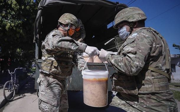 Ejército argentino reparte alimentos a gente con escasos recursos