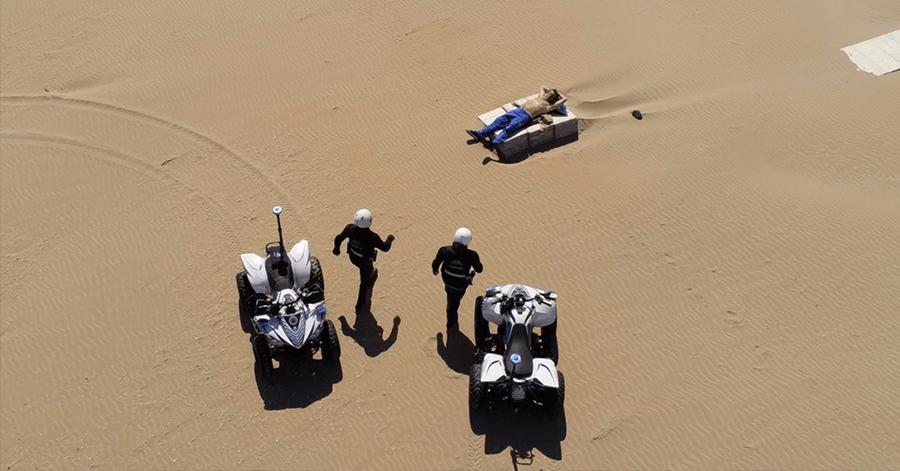 Hombre fue detenido cuando tomaba el sol en una playa vacía de Italia, pese al confinamiento obligatorio