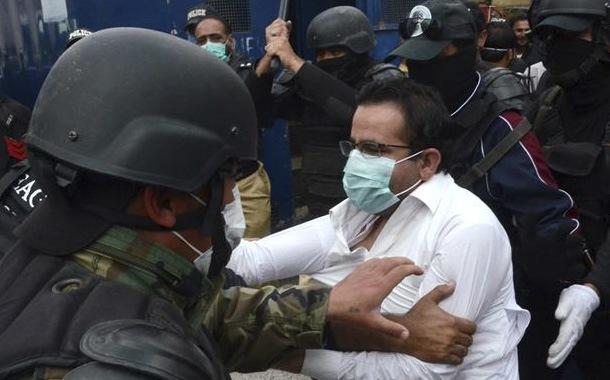 Arrestan a 150 médicos que protestaban por falta de protección